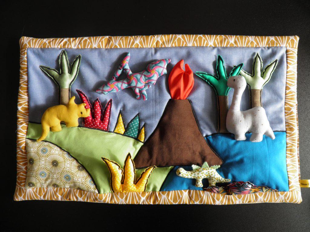 tout-p-ti-tiss-toire-les-dinosaures-tapis-a-histoires-raconter-inventer-imaginer-fait-main-creation-unique-fileuse-d-histoires