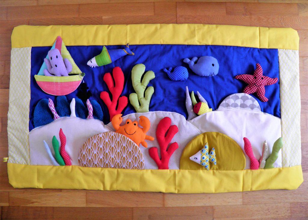 tapis-histoires-comptines-mer-poisson-ocean-baleine-crabe-pieuvre-bateau-eau-comptines-conter-fileuse-d-dhistoires-vendee-fait-main-piece-unique